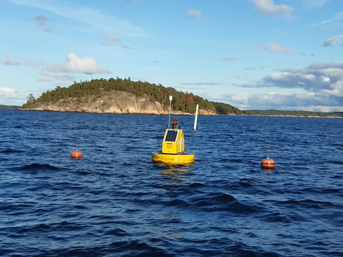 Automated sampling station (weather buoy: YSI 6952 buoy base and multiparameter sonde YSI 6000). Measures temperature (°C), salinity (PSU), turbidity (NTU), chlorofyll (mg/L), blue-green algae (cells/mL), and oxygen (mg/L). In use since 2006. Photo FRAUD.